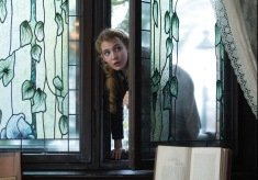 DF-09584_R_CROP - Liesel (Sophie Nélisse) sneaks into a neighbor?s well-stocked library to pursue her love of reading.
