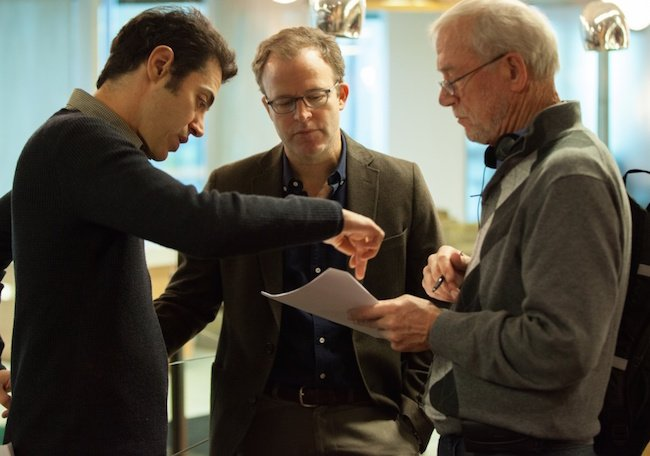 (L-R) Josh Singer, Tom McCarthy and the real-life Robby Robinson on set