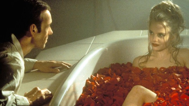 Kevin Spacey as Lester Burnham and Mena Suvari as Angela Hayes in American Beauty © 1999 – Dreamworks